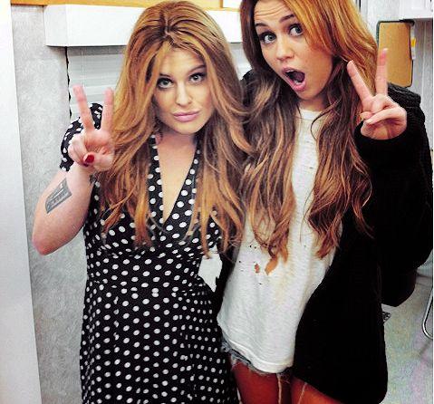Miley cyrus et sa copine Kelly osburne.   Look surfeuse avec short troué,déchirer tee-shirt blanc large et gilet noir long