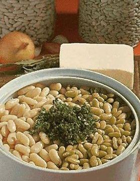 Cuisson des haricots secs - Ne pas faire tremper les haricots. Cette coutume, à bannir, provoque un début de fermentation de la fécule, origine de tous les reproches faits aux légumes secs. La cuisson s'effectue en deux temps, dans la même journée.