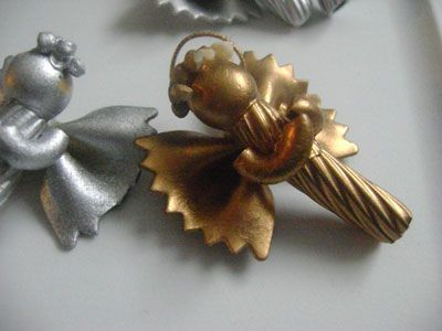 Ange en pâtes : si, si, avec des farfalle, des coquillettes et autres macaroni. Des décorations de Noël plutôt originales, non ?