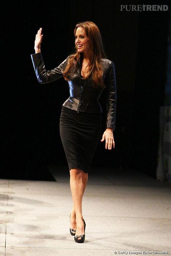 Jupe crayon moulante et veste en cuir très ajustée : Angeline Jolie combine dexu styles pour un effet sexy.