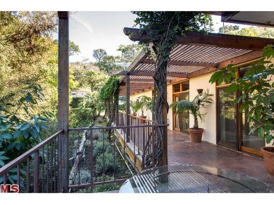 3205 OAKLEY DR, LOS ANGELES 90068. Mid-Century Modern home with wonderful private driveway and lush views. 3+2  -  Sold $876,500.00