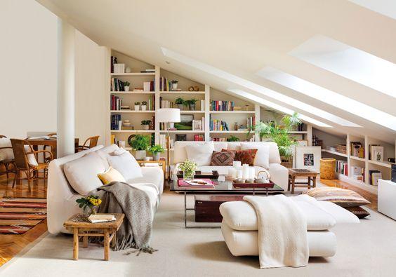9-Buhardilla con librería a medida, sofás bajos y mesa de centro y alfombra. Todo blanco 00449143