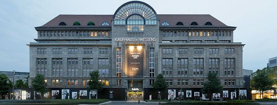 Das KaDeWe ist das größte Warenhaus auf dem europäischen Kontinent in Berlin. Sortiment und Warenpräsentation machen den Einkauf zu einem außergewöhnlichen Erlebnis.