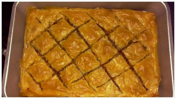 Hartige baklava: RECEPT  Stuk of 12 filodeegvellen. Flink stuk boter, smelten. 300 gram gehakt Rode ui  Puntpaprika  Stuk winterpeen 3 flinke champignons Flinke tl ras el hanout kruiden Zelfde hoeveelheid Knoflookpoeder en geroosterde paprikapoeder Zout   Vet een bakblik in met de gesmolten boter. Leg er een vel filodeeg in. Bestrijk dit met boter. Herhaal dit 5 a 6 keer.  Alle andere dingen heel fijn gesneden bakken en op smaak maken met de kruiden en zout.  Schep het mengsel op die…