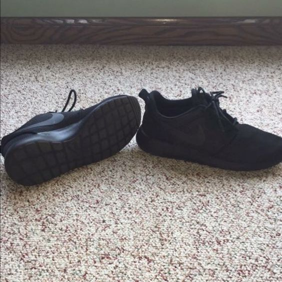 Al black women's Roshes Worn once... Great condition!... No issues with the shoes, just won't be worn by the seller enough to keep them. Nike Shoes Athletic Shoes