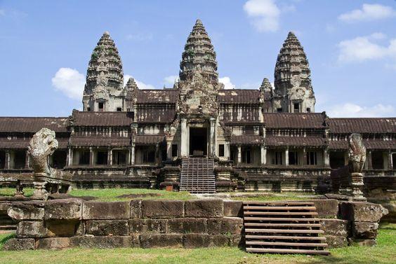 """l Angkor Wat, cuyo nombre significa """"Templo de la Ciudad"""", es el más grande del mundo. Se ha convertido en una seña de identidad de Camboya, hasta el punto de aparecer en su bandera."""