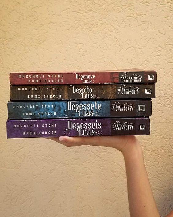 𝐕𝐀𝐌𝐎𝐒 𝐅𝐀𝐋𝐀𝐑 𝐒𝐎𝐁𝐑𝐄 𝐃𝐄𝐙𝐄𝐒𝐒𝐄𝐈𝐒 𝐋𝐔𝐀𝐒? ⠀  FINALMENTE, vou falar de um dos livros mais importantes da minha vida.  Dezesseis Luas foi a série de…