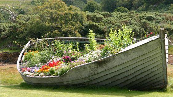 boat garden.: Boat Gardens, Backyard Garden, Repurposed Boat, Raised Garden, Garden Boat