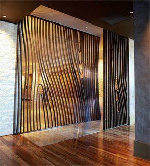 separador de ambientes | efectos visuales mediante el curvado y seriado de madera