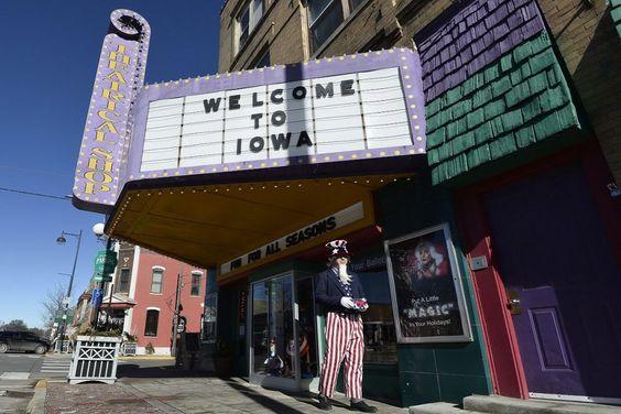 Un uomo vestito come lo #ZioSam cammina fuori da un negozio di travestimenti a West de Moines, nell'#Iowa. Nello Stato del Centro-Nord si tengono i primi caucus, riunioni di cittadini al cui interno si selezionano i delegati che andranno a sostenere alla convention dello Stato, e poi a quella nazionale, un candidato specifico per la corsa alla #presidenza #Usa. (© Ansa)