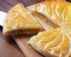 Galette des rois créole 2 pâtes feuilletées 40 g de pain d'épices 1 banane 1 œuf entier 15 g de noix de coco râpée 35 g de poudre d'amandes 50 g de sucre en poudre 50 g de beurre mou 1 c. à soupe de rhum blanc 1 jaune d'œuf