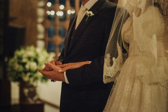 Casamento rústico-chique: look dos noivos