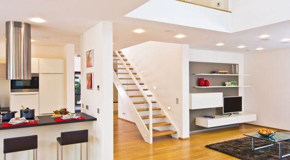 Offene Küche mit weißen Fronten und Blick Richtung Wohnzimmer