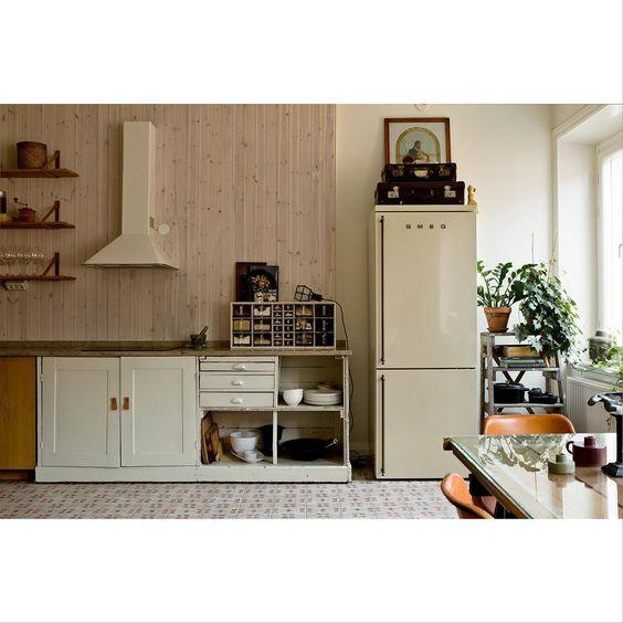 A real kitchen at #Tjärhovsgatan by @martinwichardt and @emmawallmen #södermalm #interior #kitchen #deco