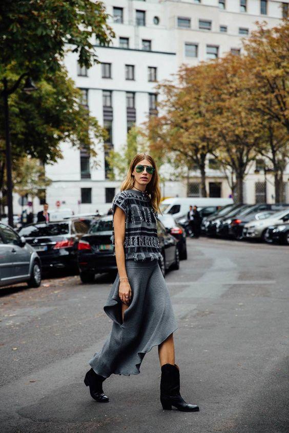 Les Amants de Paris  Street Style PFW / Día 3  29 de 60 Veronika Heilbrunner aparta las zapatillas momentáneamente para adentrarse en la tendencia cowboy. Sus botas también son perfectas para sumarle encanto a su conjunto de punto gris.   Foto: © Icíar J. Carrasco