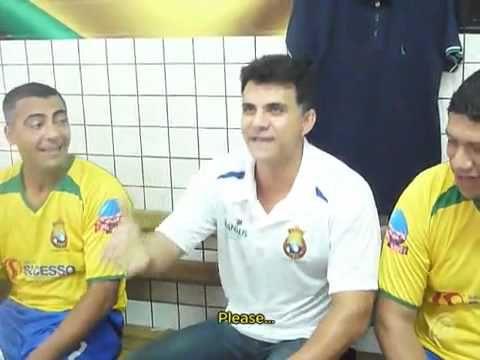 Ricardo Rocha faz Romário se contorcer de rir.