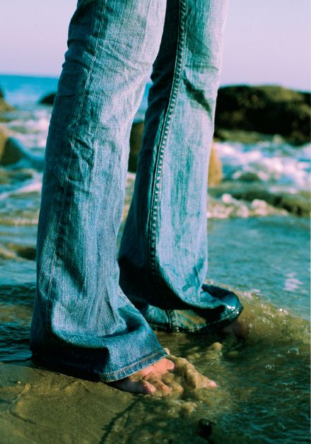 Jeans Roxy pra molhar os pés na água.