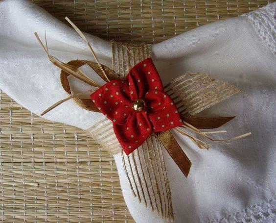 Porta guardanapo confeccionado em fita de juta aramada rústica, decorado com 1 flor de fuxico feita em tricoline com padronagem natalina, sisal , fita de cetim e conta dourada.  Para maior quantidade, consultar prazo de confecção e envio.  O guardanapo não acompanha o produto.:
