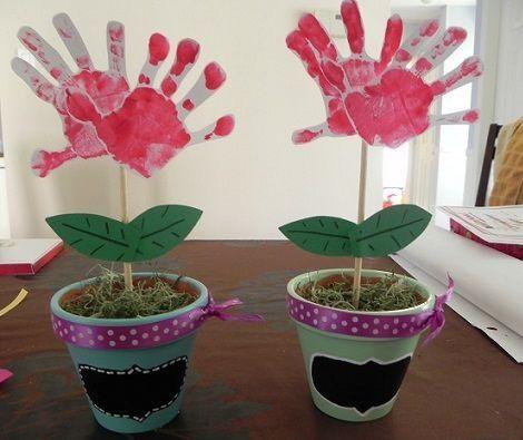 Ideas de regalos para Mamá: Floreros, con potes reciclados o vasos de plástico; pintarlos, decorarlos a criterio; y las flores hechas de 2 huellas de manos de los niños o la madre o abuela, tía, hermana etc, como se aprecia en la imagen.