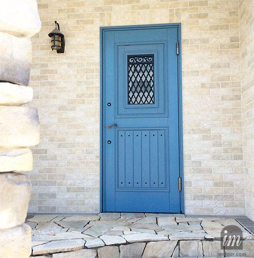 青い玄関ドア 桧木材を使用しています ヨーロピアン風ですが 日本製