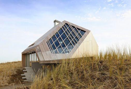 Immerso in un paesaggio di dune di sabbia su un'isola olandese settentrionale,   vinaccia architetti Koehler  ha creato la 'casa dune'  Utilizzando materiali ecologici innovativi, impianti eco-compatibili e accoppiato con la sua particolare struttura a strati incrociati di legno e bio-combustibili riscaldamento centralizzato, il residence è ad alta efficienza energetica con una bassa impronta di carbonio.