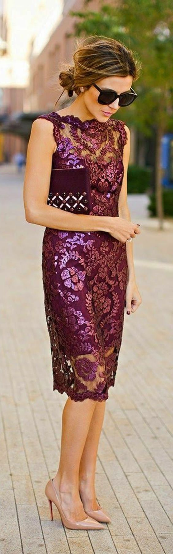 jolie robe habillee en dentelle violet et talons hauts: