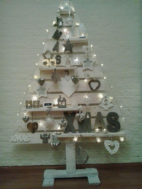 onze eigen gemaakte kerstboom van pallethout, wit gebeits en versierd