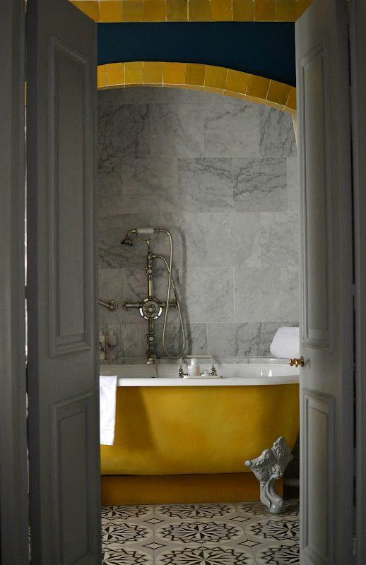 Les murs de pierre et le jaune d'or de cette baignoire donnent à cette salle de bains un cachet incroyable ! #dccv #yellow #yellowbathtub