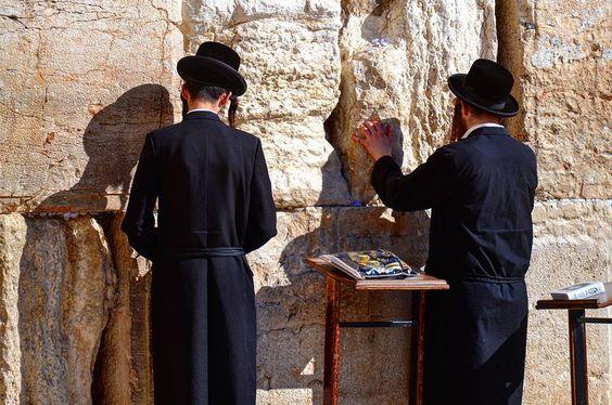 21 de janeiro de 2015 Jerusalém Israel. dia 171 de 414. #israel #jerusalem #jerusalém #westernwall #murodaslamentacoes #murodaslamentações #warrenjc #huffingpostgram #sharetravelpics #voltaaomundo #viajarfazbem #trippics #wolderlust #magicpict #blogmochilando #fantrip #beautifuldestinations #travelawesome #worldplaces #worldtravelpics #4cantosdomundo #gophotooftheday #1001trips #pedrocadeaju @pedroboamaral @jusperotto by pedrocadeaju