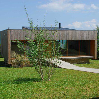 Une maison sur la mer en béton et bois