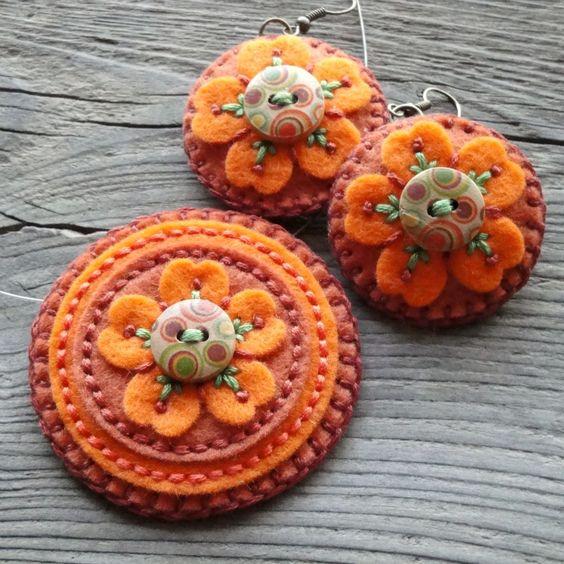 Náušnice a náhrdelníky na přání Lehounké náušnice z filcu, vyšívané bavlnkama, zdobené dřevěným knoflíčkem.