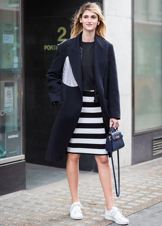 Na moda, as tendências vão e voltam, mas as listras são um clássico. Se for num look preto e branco, então, o look atemporal é certeiro!  Anota aí: saia lápis listrada preto e branco, casaco preto e sneaker branco.