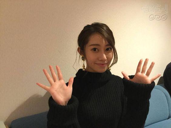 両手を広げる桜井玲香のかわいい画像