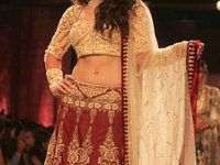 Jacqueline Fernandez with a bridal Lehenga (red and golden). Lehenga rouge et or brodé