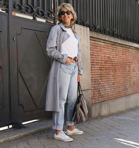 Esportivo, porém, com estilo. Jeans lavagem clara + t-shirt branca + lenço curto + maxi bolsa + cinto sporty + trench coat longo cinza. Foto: @margapau