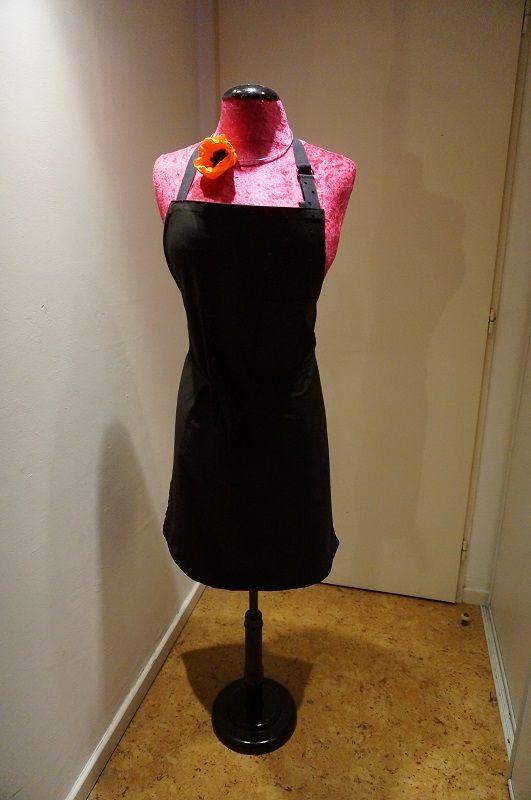 Un petit tablier réalisé en coton et viscose idéal car ce tissu ne change pas de couleur et personnalisation avec incrustation de strass fixation à chaud
