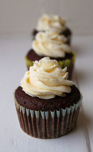100 calorie moist chocolate cupcake?! i'll def make these! lol (replacing the fats with applesauce)