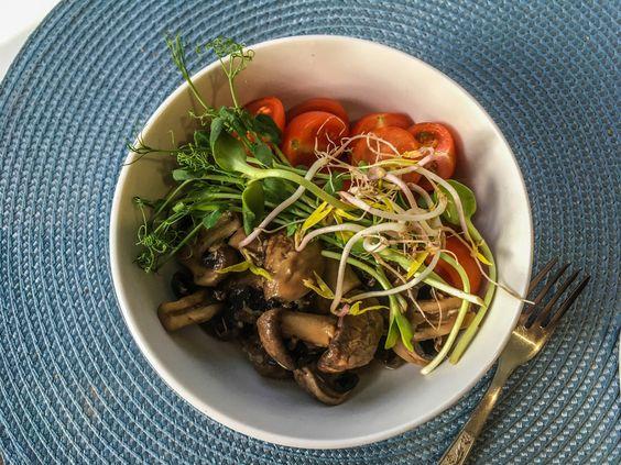 Готовое блюдо из шампиньонов с помидорами черри и микрозеленью. Фото Жени Шведы