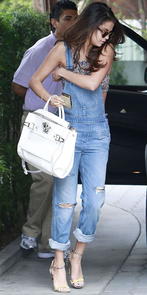 selena-gomez-jardineira-jeans: