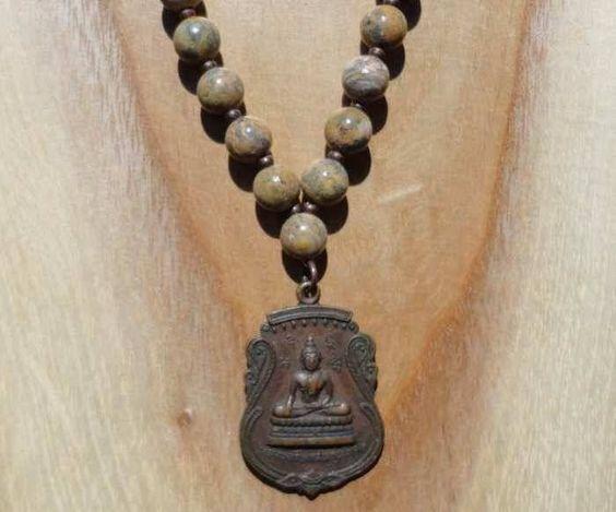 Handgemaakte ketting met luipaard stenen kralen, koperen tussenkralen en een authentiek Thaise hanger met de afbeelding van een zittende Boeddha.