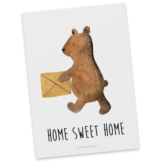 Postkarte Bär Zuhause aus Karton 300 Gramm  weiß - Das Original von Mr. & Mrs. Panda.  Diese wunderschöne Postkarte aus edlem und hochwertigem 300 Gramm Papier wurde matt glänzend bedruckt und wirkt dadurch sehr edel. Natürlich ist sie auch als Geschenkkarte oder Einladungskarte problemlos zu verwenden.    Über unser Motiv Bär Zuhause  Der Home Sweet Home Bär ist ein ganz besonders liebevolles und schönes Motiv aus der Beary Times Kollektion von Mr. & Mrs. Panda    Verwendete Materialien  Es…