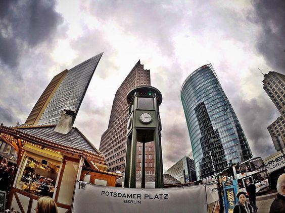 Réplica do 1º semáforo de Berlim criado em 20 de outubro de 1924 em meio aos modernos prédios e construções. #berlin #instatravel #potsdamerplatz #germany #gopro by alanribeiro87