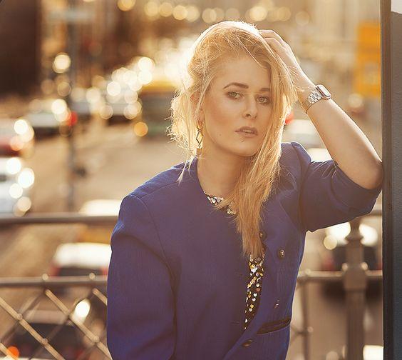 Christina Key trägt eine Casio Uhr und einen royal blauen Blazer der aus den 80ern stammt