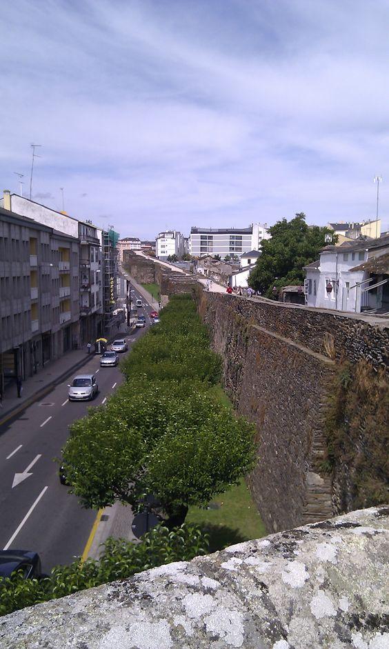 Andamos sobre la muralla romana de Lugo. Impresionante. 2011.