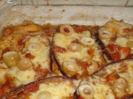 Receita de Lazanha de berinjela a minha moda - 2 Berinjelas médias- fatiadas no comprimento, 250g de queijo tipo mussarela fatiado, 1xíc. de azeitonas verdes fatiadas, 1 xíc. de bacon em cubos, ½ meio março de espinafre picado, 1 cebola grande fatiado em fatias finíssimas, 1 tomate, 1 colher de sopa de mostarda c/ mel, 1 colher sopa de catchup, 1 colher sopa c/ molho inglês e Molho de soja, 2 colher sopa de alho em pasta, 1 xíc. de molho de tomate ou purê, Pimenta e sal, vinagre de maçã ou…