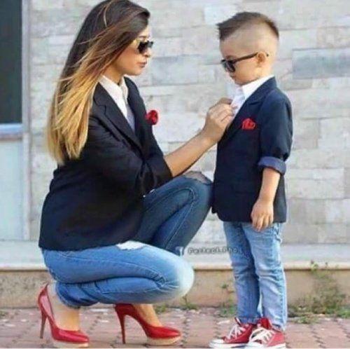 Mamma e figlio maschio vestiti allo stesso modo.