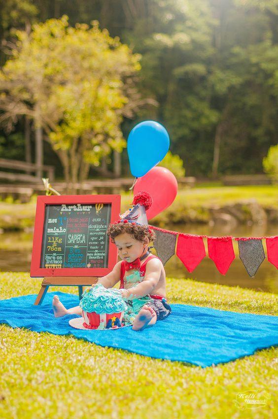 Curitiba, Kelli Homeniuk, Ensaio de bebê, 11 meses, 1 aninho, pré aniversário, bolo big Cupcake, Smash The Cake, Cake Smash, bolo, externo, circo, vermelho e azul, menino, chalkboard (41)9729-6585 ©Kelli Homeniuk - Fotografia Profissional
