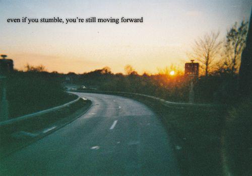 Incluso si tropiezas, todavía sigues adelante.