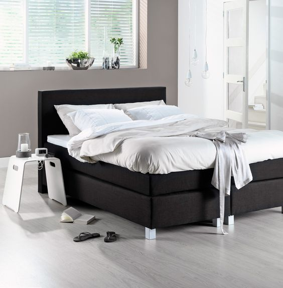 zwarte boxspring met wit beddengoed black amp white