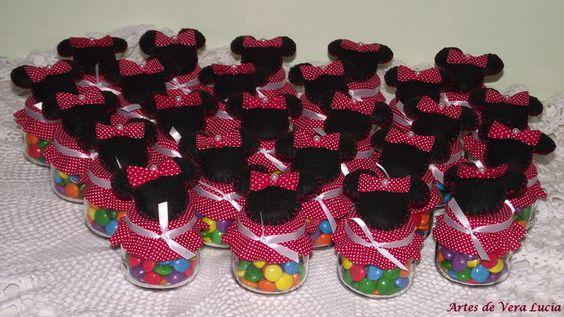 Potinhos de vidro decorados com o tema Minnie, recheadinhos com confeito de chocolate.